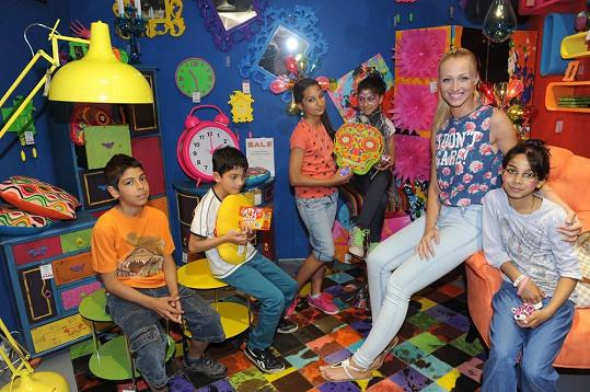 Veronika Kašáková s dětmi z dětského domova.