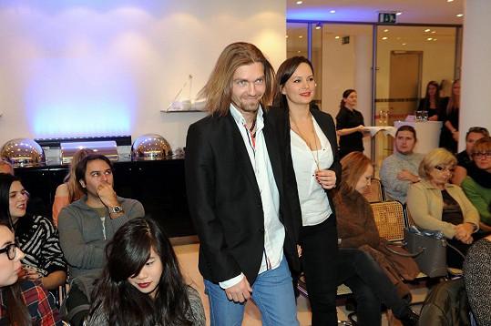 Jitka Čvančarová a Petr Čadek propůjčili své tváře a vlasy nové řadě šamponů proti lupům.