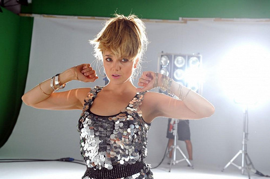Vlasový styling měla na starosti její dvorní kadeřnice Lenka Šourková.