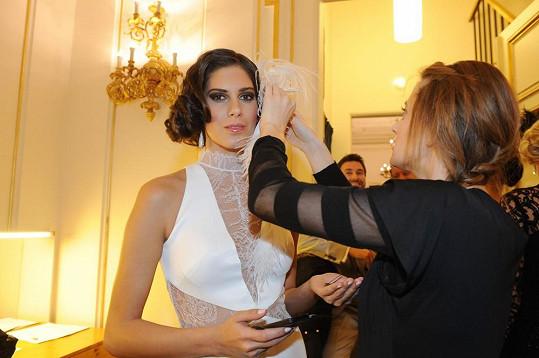 Těsně předtím, než Vignerová vlétla do Španělského sálu ve svatebních šatech.