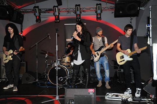 Chobot (vlevo) hraje v Ewině kapele.