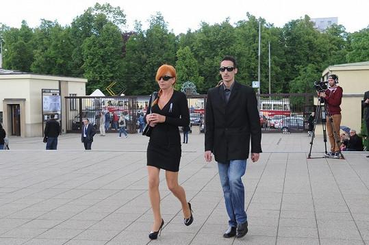 "Policistka ""Rudá Sonja"" jde na pohřeb Ivety Bartošové."