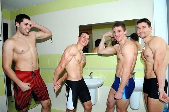 Čtyři mladí češti kajakáři šli do plavek. Jak se vám líbí?