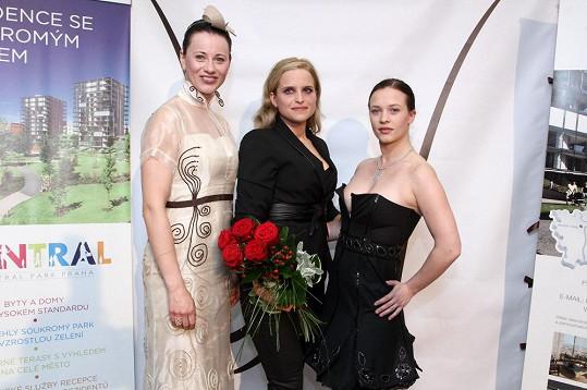 Kristýna Leichtová s návrhářkou Alenou Wilson a zpěvačkou Dášou Zázvůrkovou