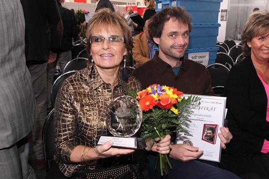 Olga Matušková převzala společně se synem ocenění za nejprodávanější biografii.