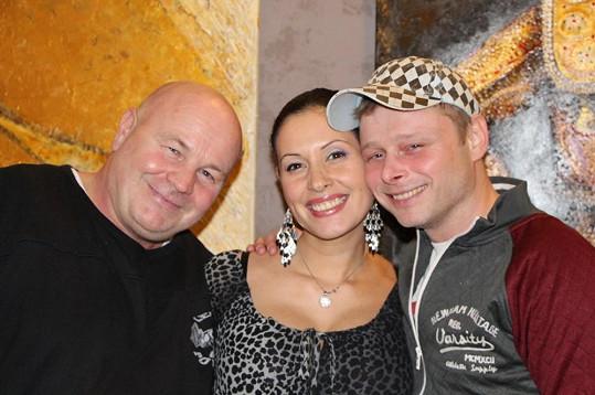 Jarek Šimek (vpravo) s podporovatelem charit Jiřím Horákem a Adélou Taş.