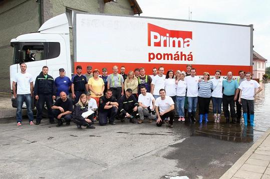 Tým televize Prima dovezl do Křešic humanitární pomoc.