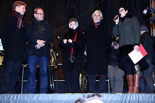 Herecký pár na pódiu s organizátory a primátorem Prahy Tomášem Hudečkem (zcela vlevo).