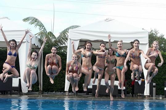 Finalistky řádily u bazénu.