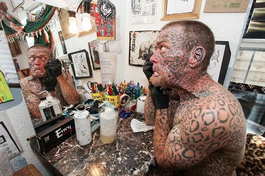 Američan má celé tělo pokryté tetováním.