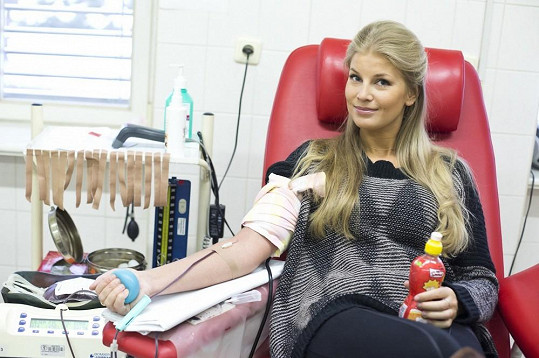 Hana Věrná také darovala krev.