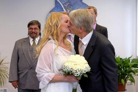 Úplně první manželský polibek