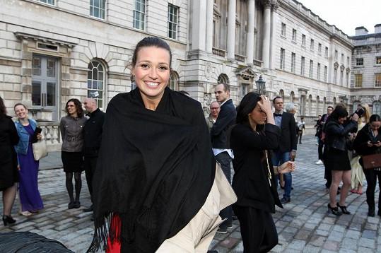 Eva Čerešňáková na místě konání módní show na dvoře Somerset House.