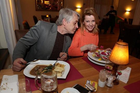 Iveta Bartošová slavila narozeniny na večeři s Josefem Rychtářem. Nejprve vykouzlila úsměv...