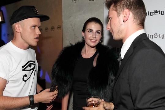 První slečna v družném rozhovoru se zpěvákem Davidem Biskem a stylistou Tomášem Rumlem