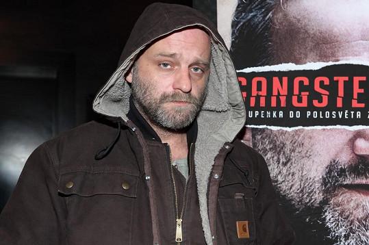 Charismatický herec má pro roli gangstera skvělé předpoklady.