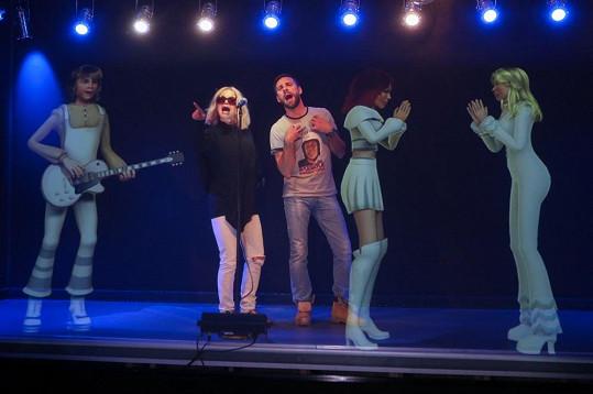 Na pódiu, kde si mohli zazpívat s hologramy kapely, jen tak blbli.