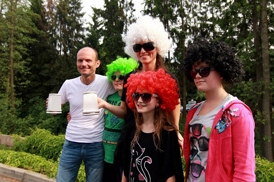 Adéla s bratrem Daliborem, dcerou Nelly, její kamarádkou a Daliborovým synem Theodorem.