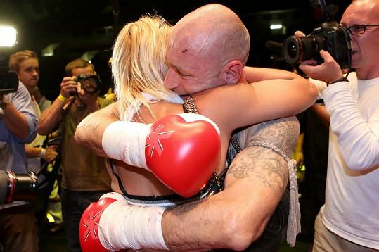 Landu po zápase objímala jeho žena. Byla ráda, že je v pořádku.