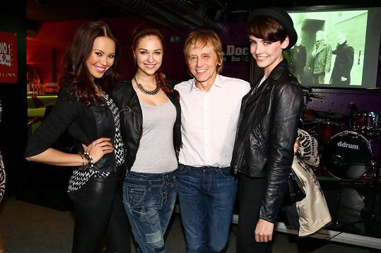 S českou hudební legendou se musely vyfotit i loňské vítězky České Miss.