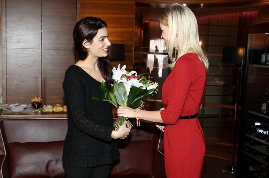 Toniu vítá po příletu ve VIP salonku ředitelka Plesu v Opeře Zuzana Vinzens.