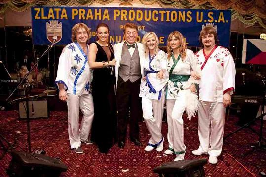Ewa vystoupila s kapelou Abba Stars a trochu to přehnala s dekoltem.