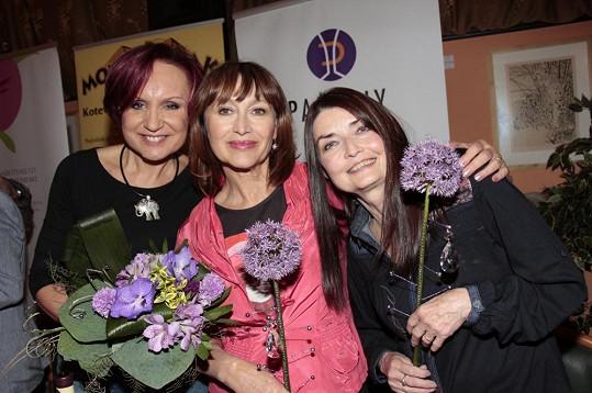 Petra Janů, Petra Černocká a Miluška Voborníková společně zapózovaly na křtu vín.