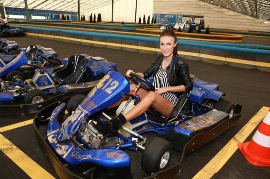 Taťána Makarenko předvedla nožky v motokárovém závodě.