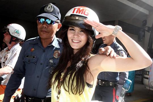 Krásky si místní strážníky obtočily kolem prstu. (všimněte si, jak v pozadí hře na policisty propadl i Libor Bouček).