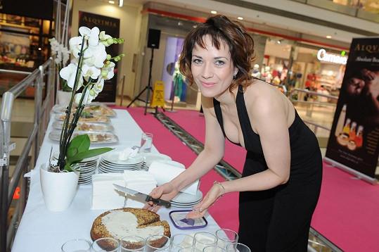 Tereza na akci vlastnoručně upekla dort podle originálního španělského receptu, který se v její rodině dědí z generace na generaci.