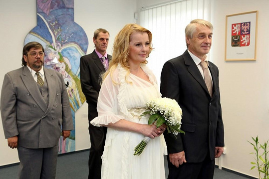 Fotografie z obřadu. Za snoubenci svědek Saavedra.