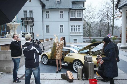 Andrea Verešová nejdříve fotila ve zlatém kabátku.