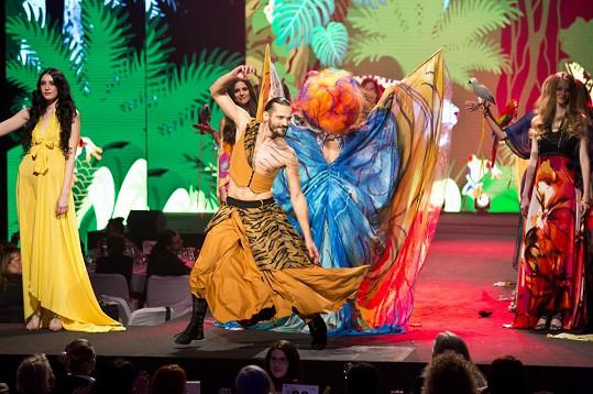 Kvůli této show inspirované džunglí se Nikol při výběru svého outfitu odvázala.