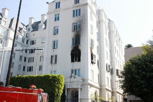 Byt ve West Hollywoodu zachvátily plameny.