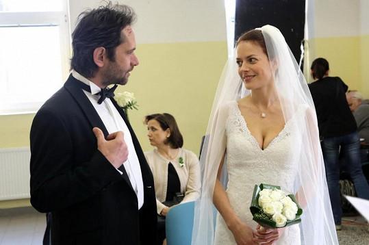 Svatba probíhala ve vězení, kde je Ema ve výkonu trestu.