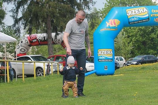 Tomáš Řepka se synem Markusem na fotbalovém trávníku.