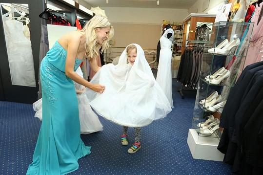 Sofie si oblíbila konstrukci pod šaty nevěsty.