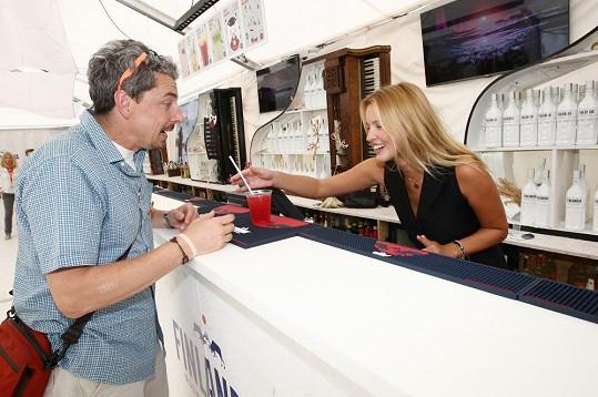 Linda Bartošová zase pro charitu rozlévala drinky.