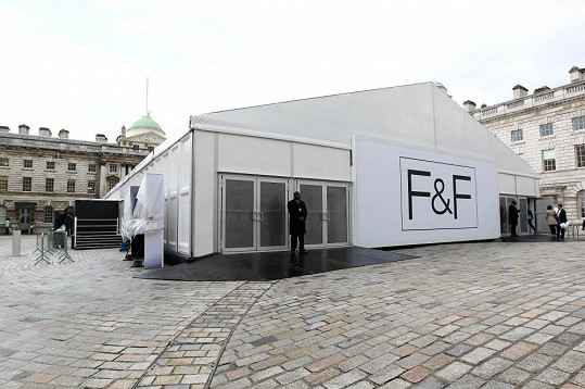 Všechno se to událo v tomto stanu postaveném na dvoře Somerset House, kde se konají přehlídky londýnského módního týdne.
