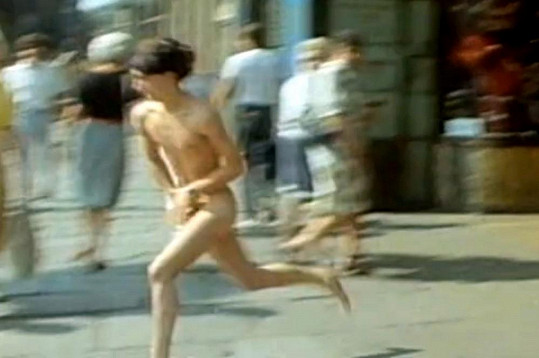 Rudolf Hrušínský nejml. v Discopříběhu běhal nahý.
