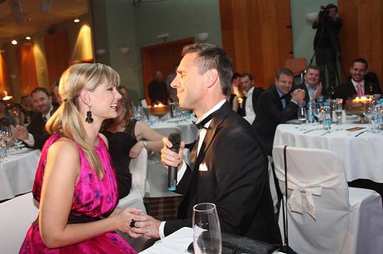 Moderátor večera Roman Vojtek zpíval svou hitovku Sandy jen pro Moniku.