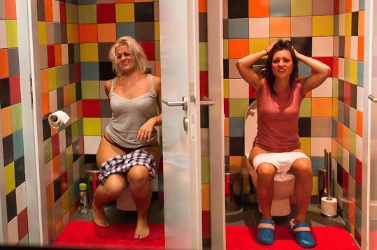 Pavlína a Mirka se od sebe nehnuly ani na záchodě.
