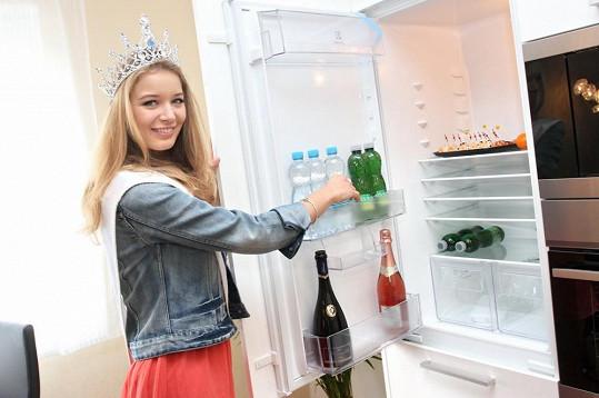 Úřadující Česká Miss se raduje z nového bydlení.