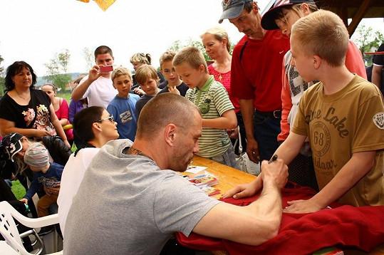 Tomáš a Vlaďka při autogramiádě.