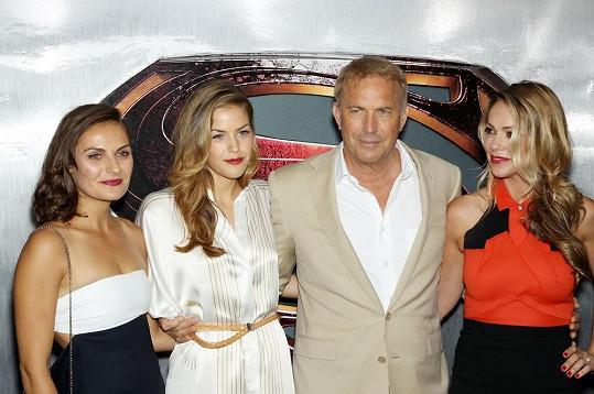 Zleva: Annie, Lily, Kevin a Christine