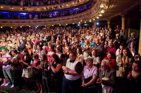 Celé divadlo tleskalo vestoje.