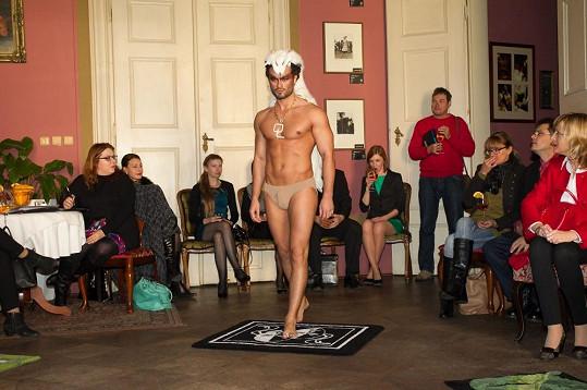 Osmany oblékl modela do vlčí kůže.