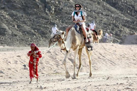 Dominika s dívkami si zajezdila i na velbloudech.