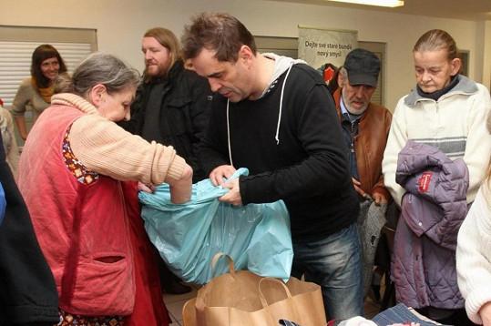 Miroslav Etzler se před lety také ocitl na ulici, a tak má pro bezdomovce pochopení.