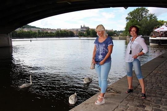 Před zákrokem Petra v neděli vyrazila se svou kamarádkou Ivanou Němečkovou k Vltavě.